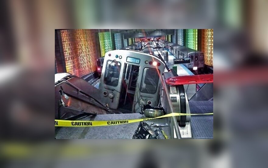 Видео: поезд в Чикаго врезался в эскалатор