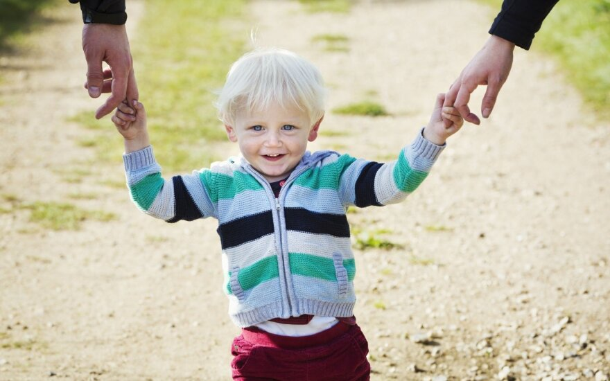 Проживающим в Литве иностранцам теперь будет проще усыновить детей