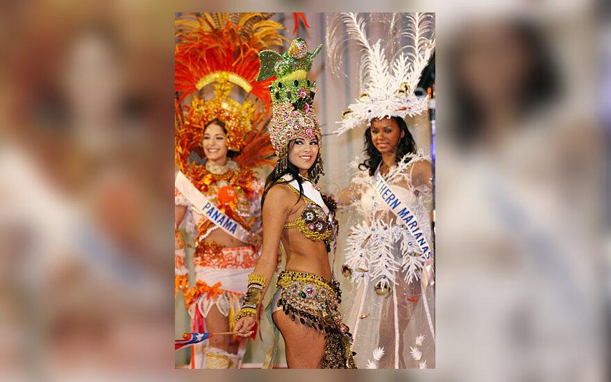 Miss Puerto Rico Sharon Gomez demonstruoja tautinį kostiumą