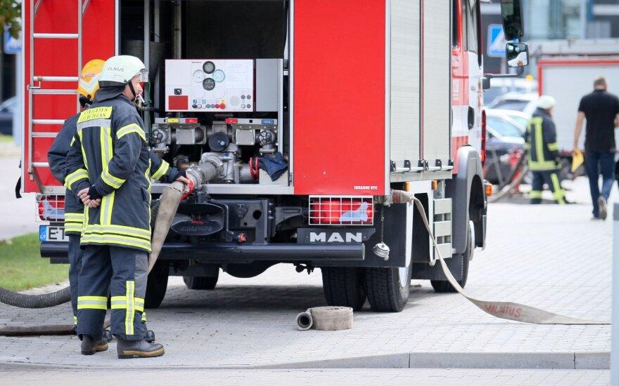 Большой пожар в Клайпеде: мужчина выпрыгнул из окна