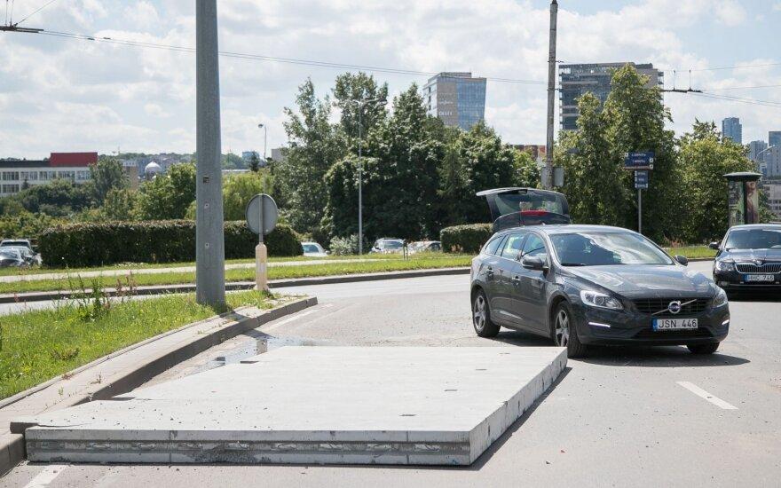 Препятствие на кольцевом перекрестке на Гележинё Вилко: огромная бетонная плита