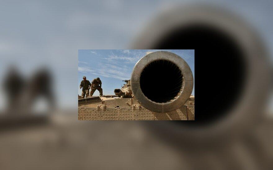 Izraelio kariai stovi ant tanko