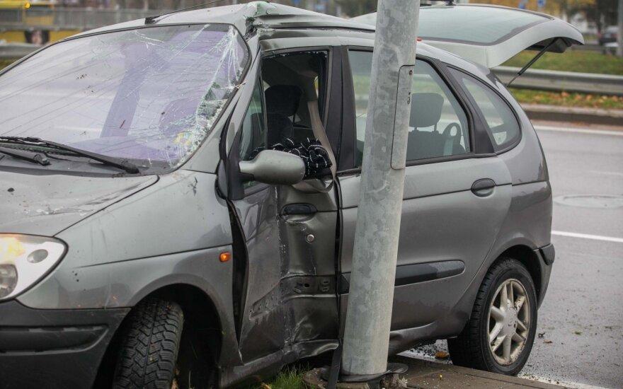 В Вильнюсе Renault врезался в столб, пострадал водитель