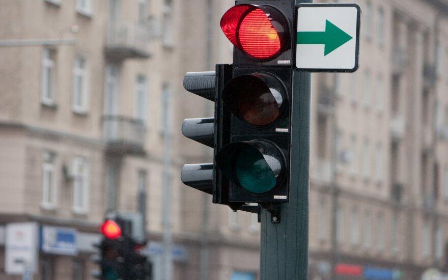 Жители Литвы скептически оценивают решение убрать зеленую стрелку: водители не знают, что делать