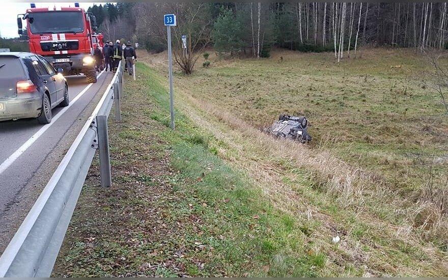 ДТП на дороге Каунас-Алитус: автомобиль съехал с дороги, пострадали три человека