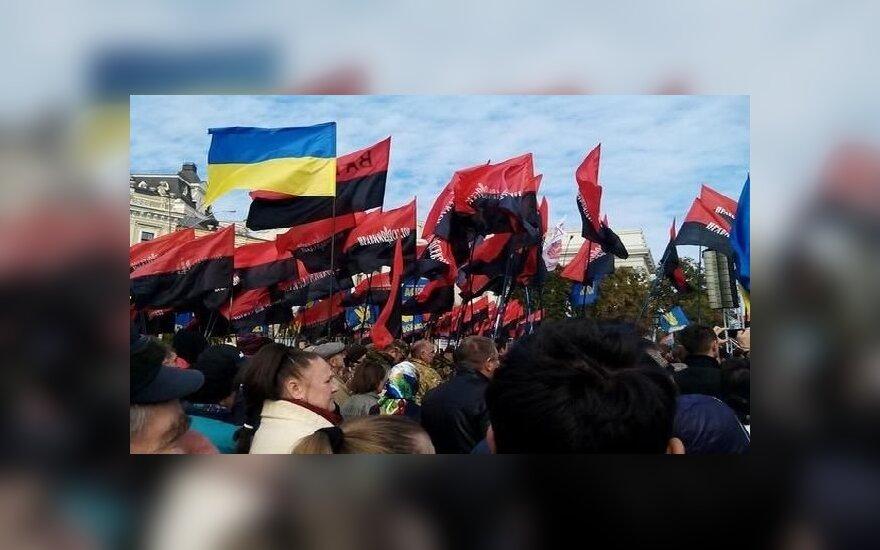 """В Киеве тысячи людей участвуют в """"Марше героев"""""""