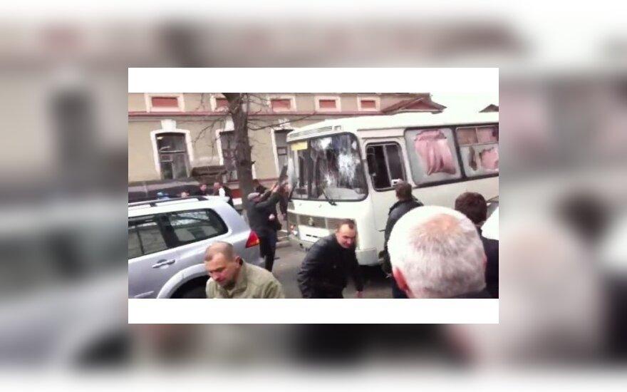 ВИДЕО: нападение пророссийских активистов на автобус милиции в Харькове
