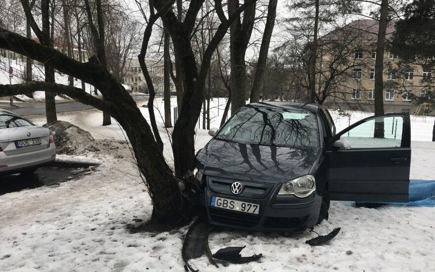 На Антакальнисе автомобиль врезался в дерево, водитель погиб