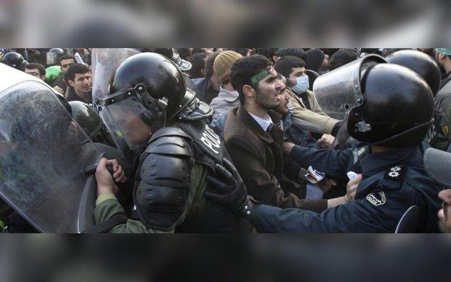 Irane studentai nusiaubė britų ambasadą Teherane