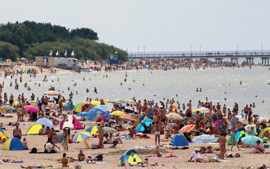 Паланга трещит по швам: на пляжах не протолкнуться