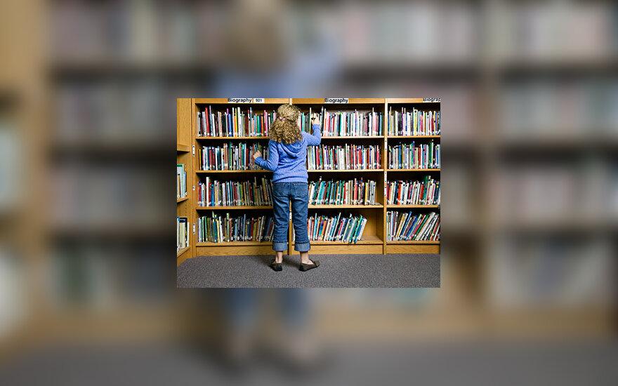 Mergaitė bibliotekoje