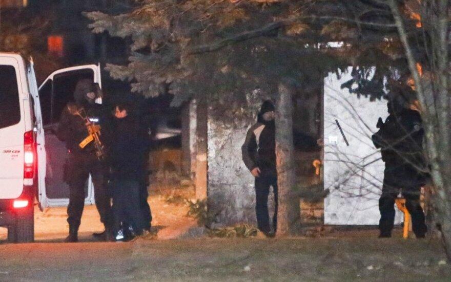 Драма в Укмерге: взявшего сына и отца в заложники мужчину увезла полиция