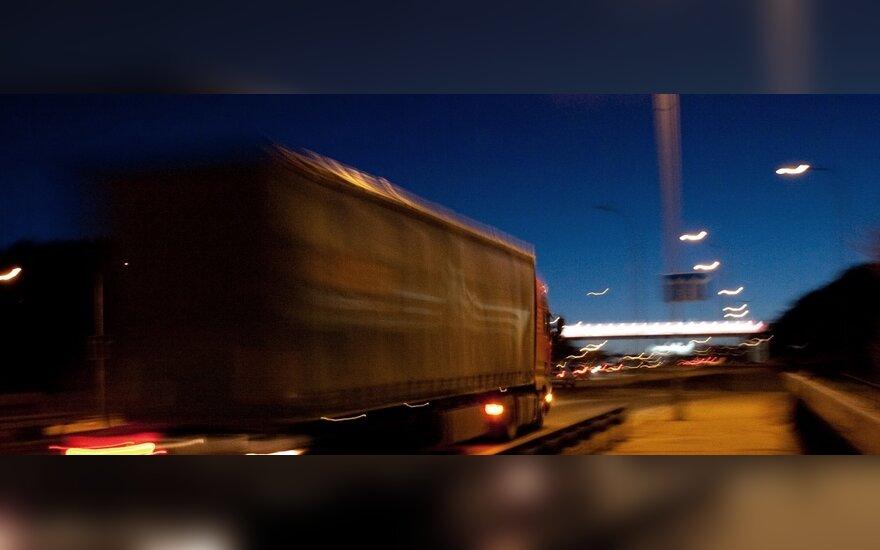 В Каунасском районе под колесами грузовиков погиб мужчина