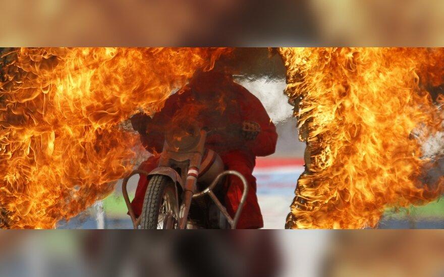 """Индийский солдат на мотоцикле """"прыгает"""" через огненное кольцо"""
