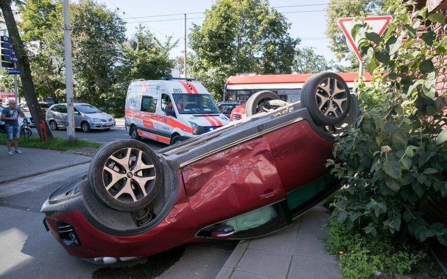 Авария в Вильнюсе: один автомобиль въехал в столб, другой перевернулся