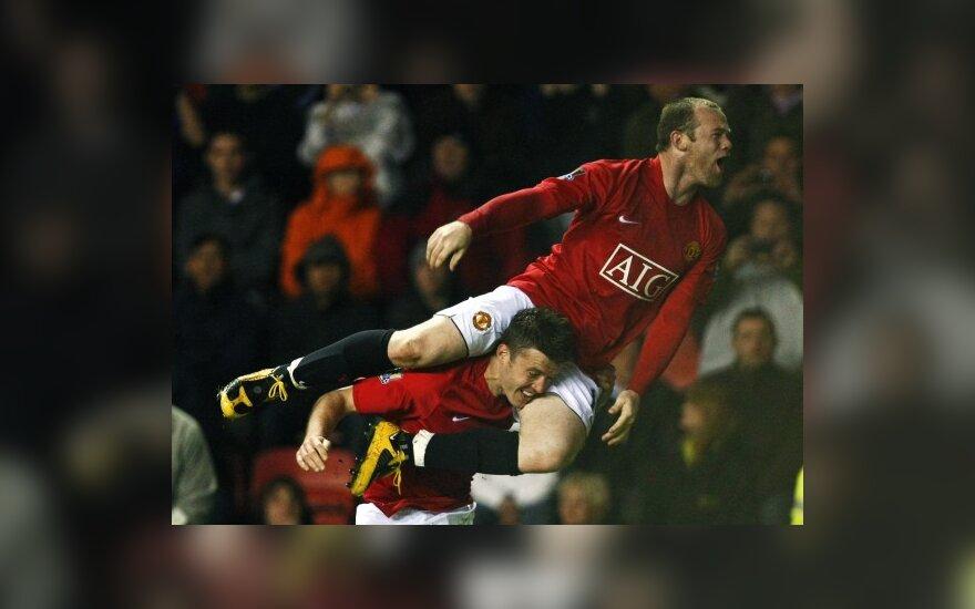 """Michaelas Carrickas ir Wayne'as Rooney (""""Manchester United"""") džiaugiasi pergale"""