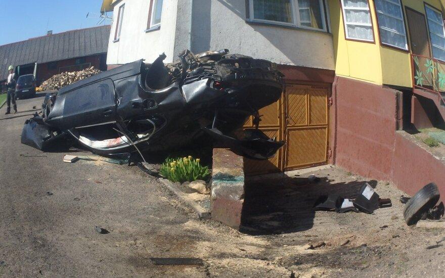 В Каунасском районе перевернулся и врезался в дом BMW