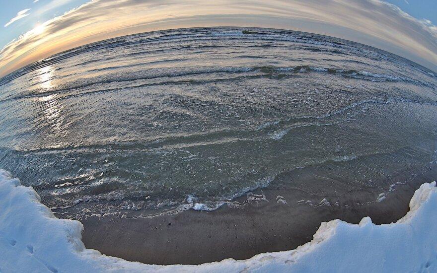 ФОТО: Финские пляжи засыпало ледяными яйцами