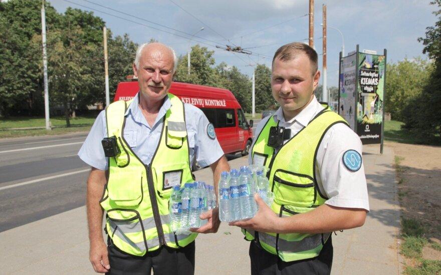 В Вильнюсе контролёры освежают пассажиров общественного транспорта питьевой водой