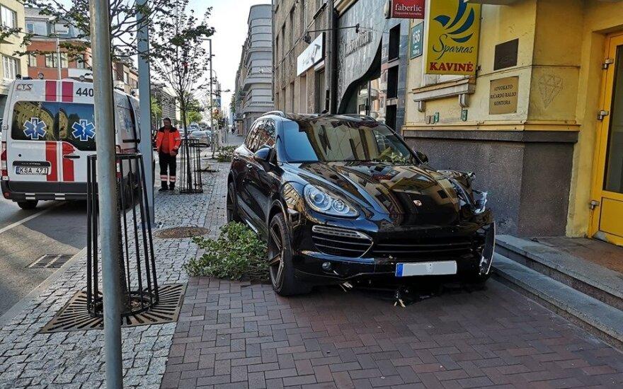В центре Шяуляй потерявший управление Porsche выехал на тротуар