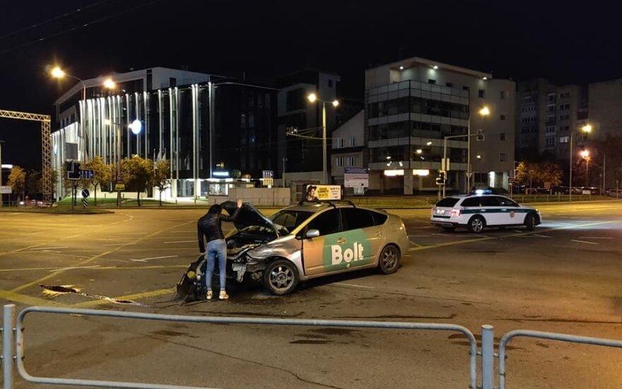 В Вильнюсе пьяный водитель Toyota совершил ДТП и снес светофор