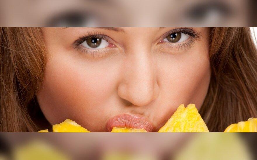 Moteris valgo ananasą