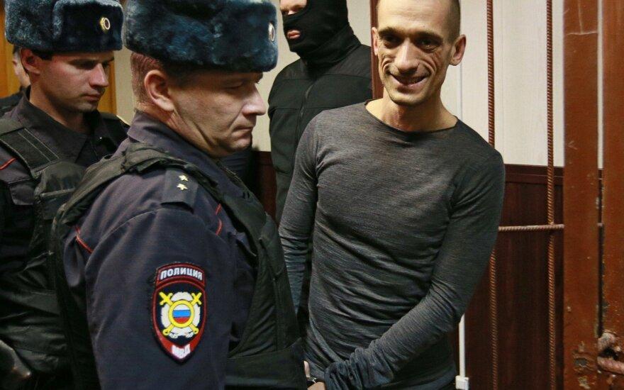 Павленского признали виновным в вандализме и освободили от наказания
