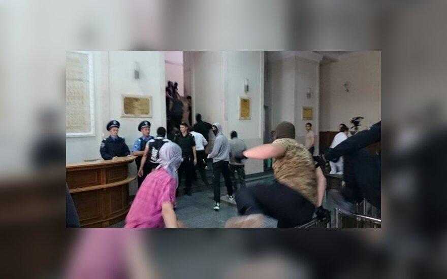 Неизвестные в балаклавах ворвались в здание Харьковского горсовета