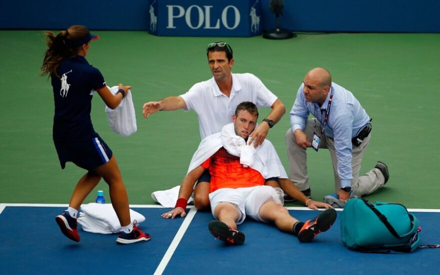 Теннисист не мог самостоятельно покинуть корт в матче, который выигрывал
