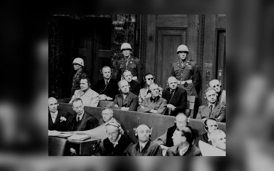 Niurnbergo procesas. Antroje eilėje nuo viršaus pirmas iš dešinės sėdi Joachimas von Ribbentropas, pirmas iš kairės - Hermannas Goeringas.