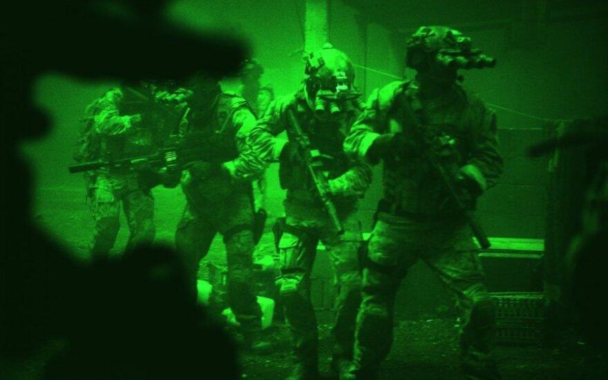"""Kadras iš filmo """"Zero Dark Thirty"""": JAV karinio jūrų laivyno specialiųjų pajėgų SEAL 6-osios komandos nariai šturmuoja Osamos Bin Ladeno namus"""
