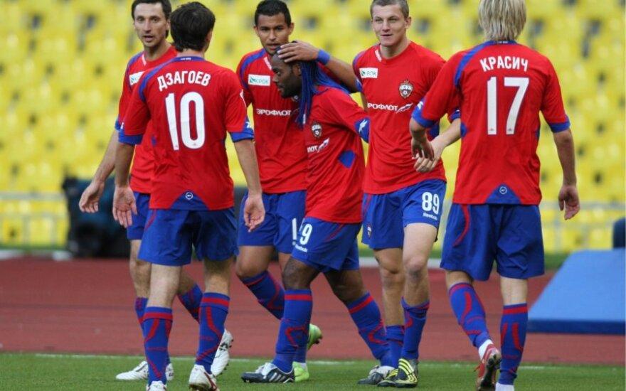 D.Šemberas (kairėje) ir CSKA futbolininkai