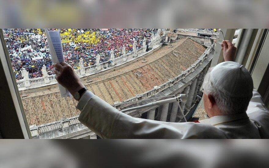 Vatikane tūkstančiai maldininkų susirinko pareikšti solidarumo su popiežiumi