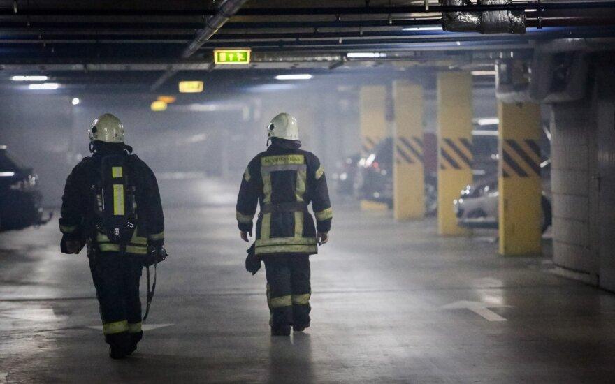 В центре Вильнюса в дыму была стоянка бизнес-центра Vertas