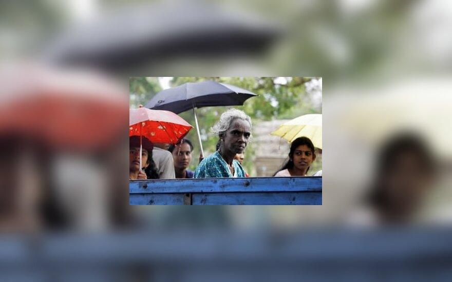 Mėnesį praleidę pabėgelių stovyklose, cunamį pergyvenę žmonės ruošiasi grįžti į savus namus. Šri Lanka.