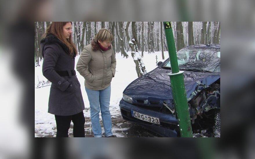 В Клайпеде женщина тормозила на скользкой дороге и врезалась в столб