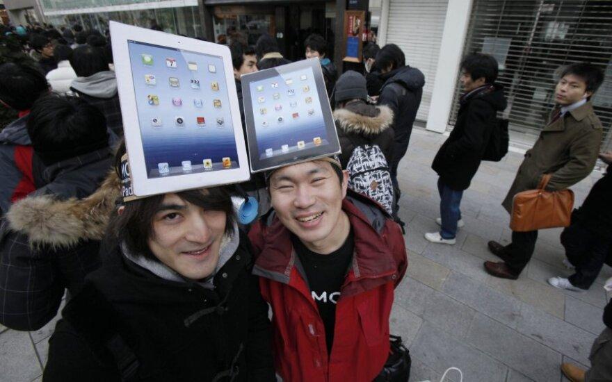 """Norinčiųjų įsigyti naująjį """"iPad"""" eilė prie """"Apple"""" parduotuvės Tokijuje"""