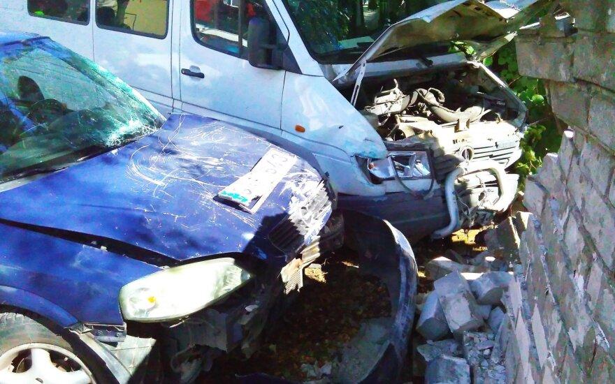 Авария в Каунасе: водитель врезался в стену, один человек погиб
