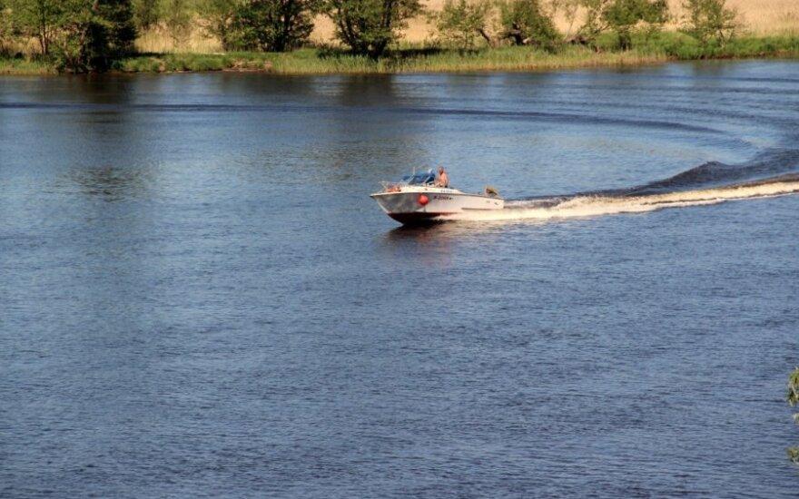 Przywiązał wnuki linką cumowniczą do łodzi