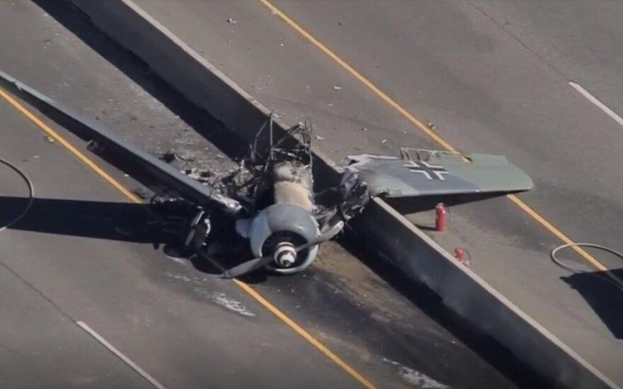 На шоссе в Калифорнии разбился самолет