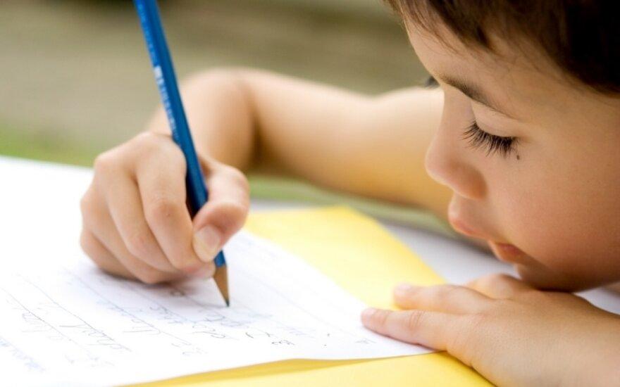 Berniukas rašo laišką