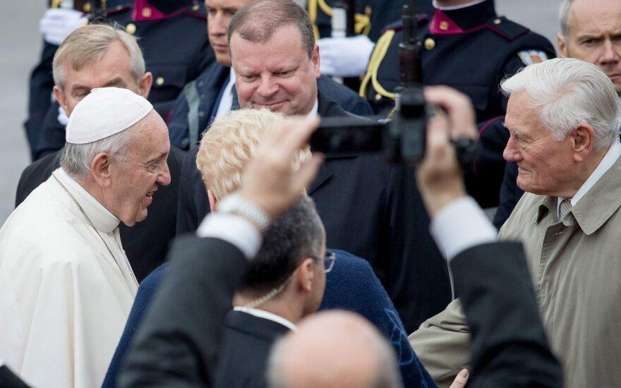 Премьер Литвы ободряет встретившую понтифика девочку, возмущенных назвал мерзавцами