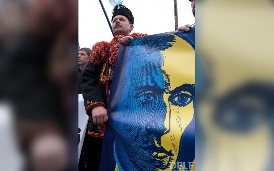 Украинские националисты с изображением Степана Бандеры