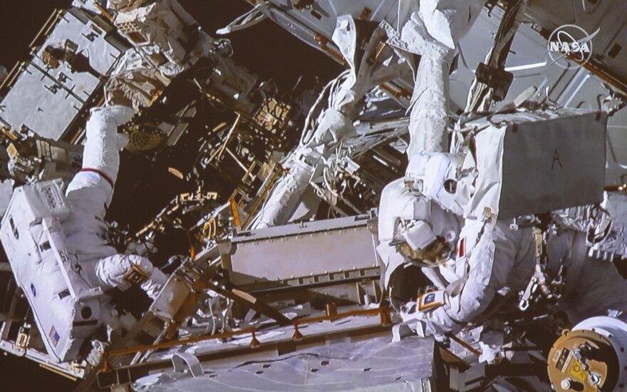 NASA astronautė Anne McClain ir Kanados astronautas Davidas Saint-Jacques išėjo į atvirą kosmosą