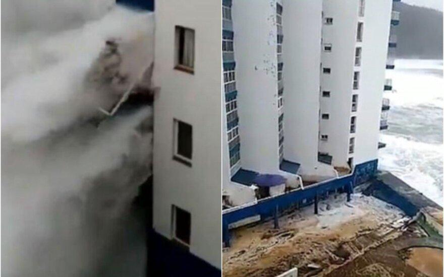 ВИДЕО: На Тенерифе гигантские волны обрушились на прибрежный отель