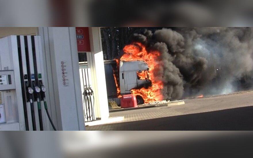 Водитель горящего грузовика решил остановиться на бензоколонке