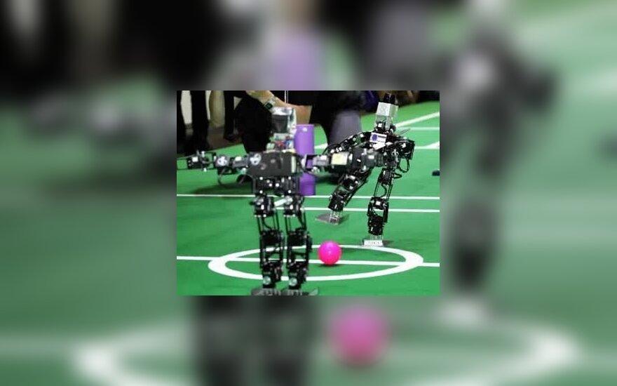 Robotai humanoidai žaidžia su kamuoliu. Osaka, Japonija.