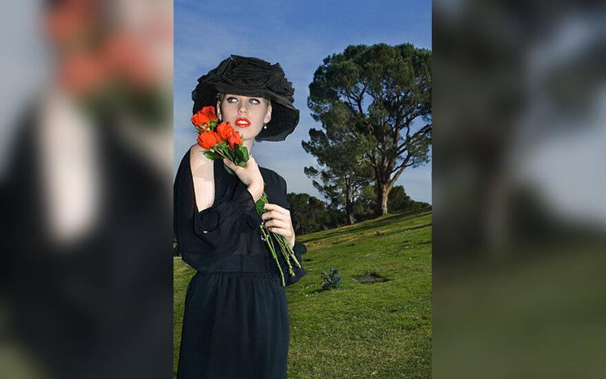 Moteris su rožėmis