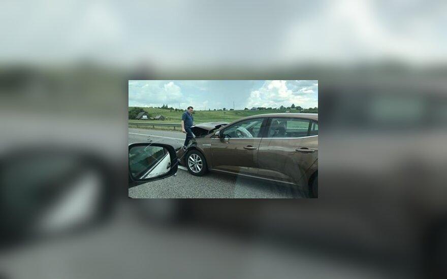 На дороге Вильнюс-Каунас автомобиль врезался в грузовик, образовался затор