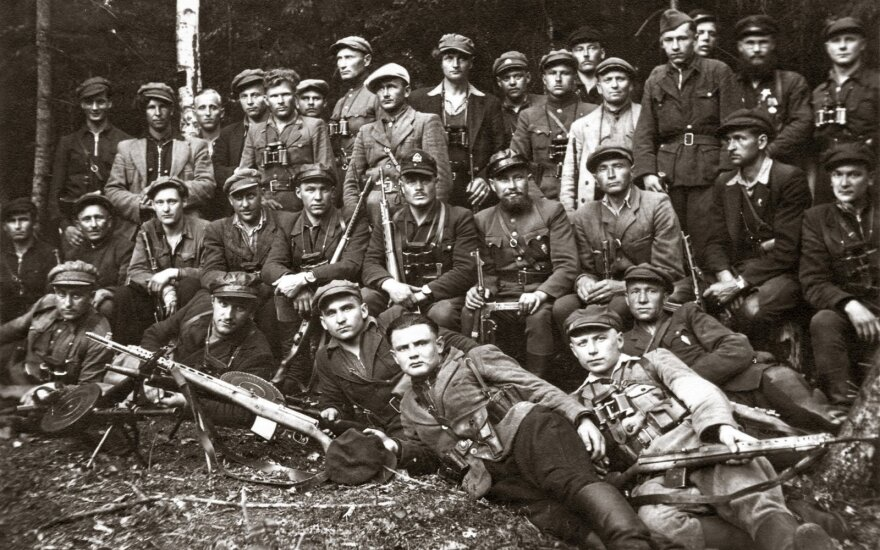 Vyčio apygardos partizanų būrių susitikimas. Viduryje sėdi Rytų Lietuvos (Kalnų) srities vadas Jonas Kimštas-Žalgiris ir Alfonsas Smetona-Žygaudas. 1949 m. gegužė